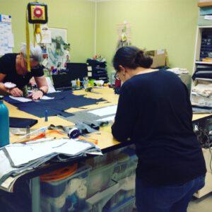 Nähkurs, Einblick in die Werkstatt mit Kursteilnehmerinnen beim Zuschneiden Ihrer Nähstücke