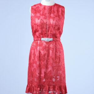 Sommerliches Kleid doppellagig, Unterkleid in weiss, Obere Lage in rotem durchscheinenden Jacquard, ohne Arme, Rundhalsausschnitt, Taillengürtel, Rüsche am Saum