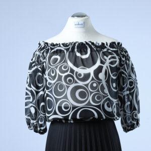 Carmenbluse taillenkurz in leicht durchsichtigem Chiffon in schwarz-weiss gemustert