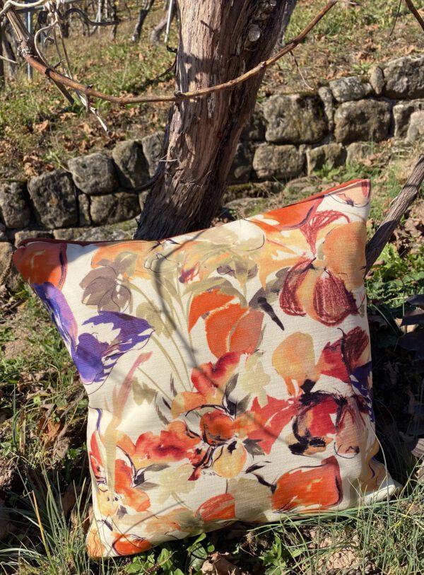 sie sehen Outdoor-Kissen, hier in 50x50 cm, viele Farben und Muster und Grössen möglich, hier in geblümt