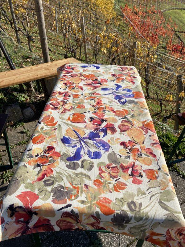 hier haben wir eine Tischdecke geblümt für den Outdoor Bereich, die Grösse ist individuell anpassbar
