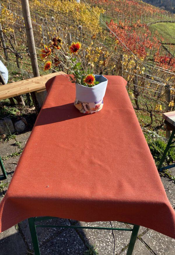 hier sehen sie eine Outdoor Tischdecke in orange, viele Farben und Muster lieferbar, ebenso die Grössen