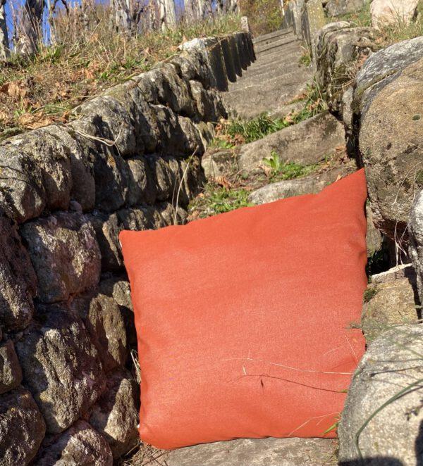 sie sehen Outdoor-Kissen, hier in 50x50 cm, viele Farben und Muster und Grössen möglich, hier in orange